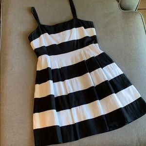 Zip back strappy black white dress